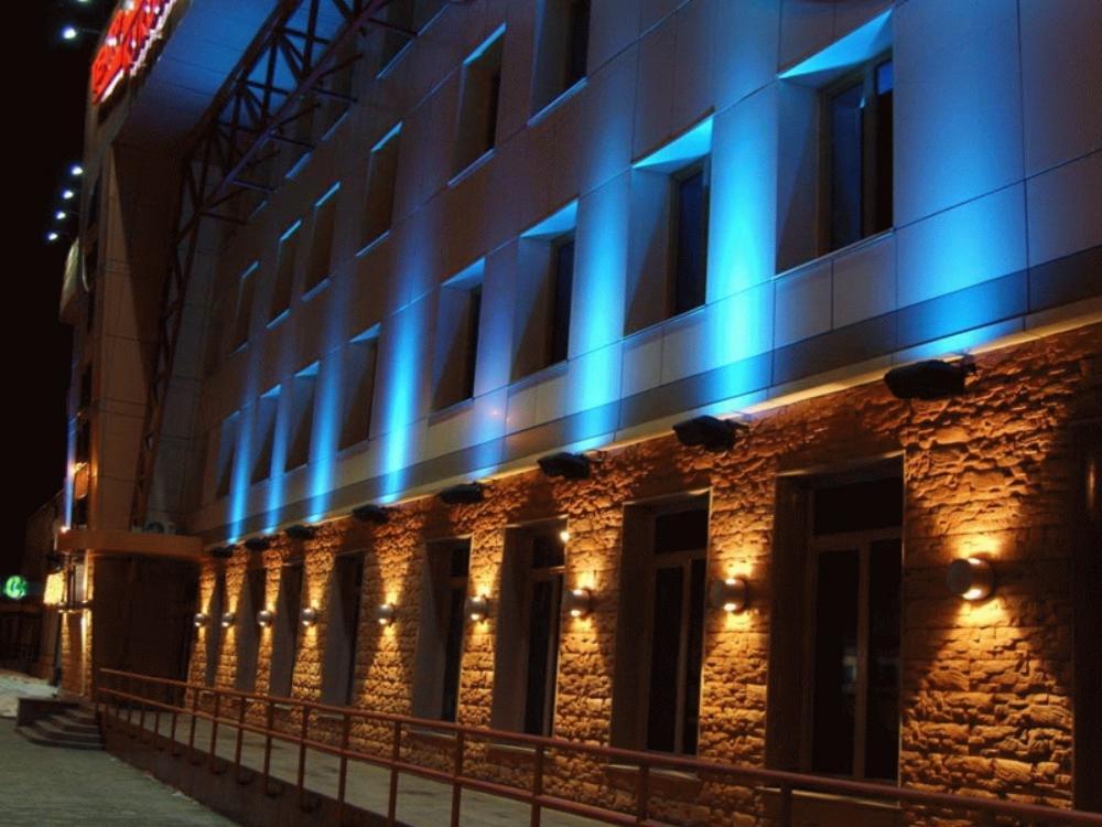 стильная фасадная подсветка торгового центра